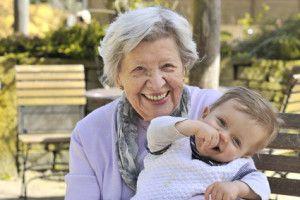 Oma mit Enkel im Garten 5